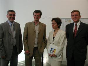 Karikatur Ausstellungan der Donau-Universität Krems und dem Karikatur Museum Kremsmit dem Künstler George Milonas aus Athen2003